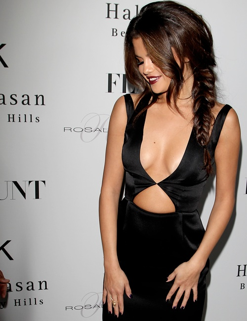 la-modell-a-mafia-Selena-Gomez-red-carpet-in-a-black-cutout-Cushnie-Et-Ochs-dress-at-her-Flaunt-2013-party-1